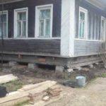 Поднять дом на домкратах