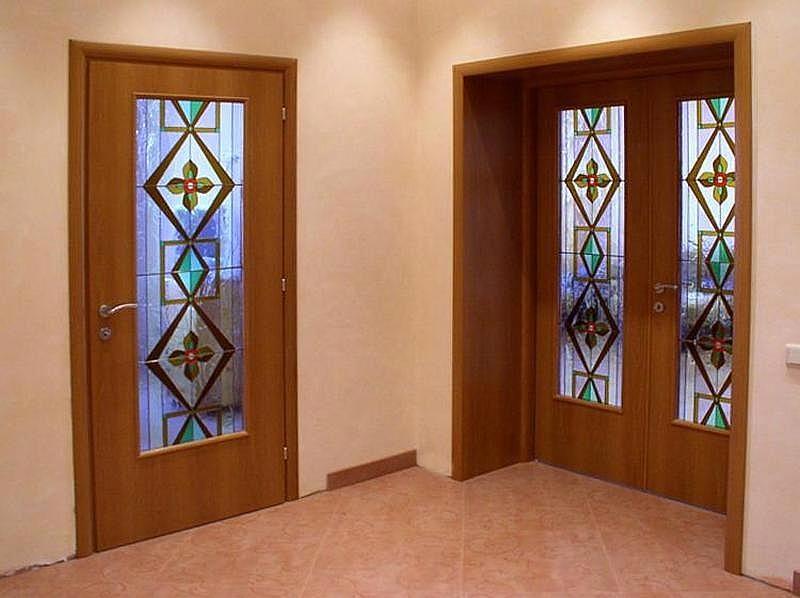 Установка межкомнатных дверей с витражным стеклом